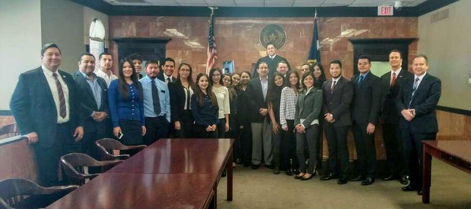 Estudiantes de la carrera de Derecho de la Universidad Autónoma de Tamaulipas en Nuevo Laredo posan para una foto en la Corte II del Juez Víctor Villarreal. Photo: Foto De Cortesía