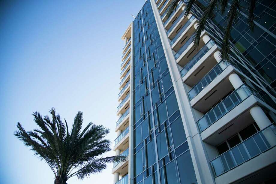 View of the Wilshire condominium tower from the pool area, Thursday, Oct. 26, 2017, in Houston. Photo: Marie D. De Jesus, Houston Chronicle / © 2017 Houston Chronicle