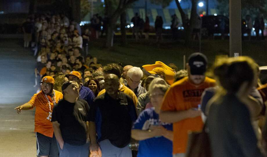 Shoppers wrap around the block outside Academy on North Loop 336 after the Houston Astros defeated the Los Angeles Dodgers 5-1 in Game 7 of the World Series, Wednesday, Nov. 1, 2017, in Conroe. Photo: Jason Fochtman/Houston Chronicle