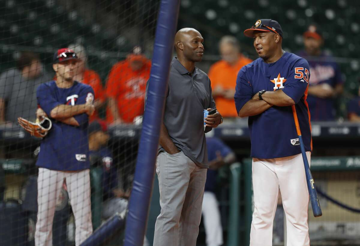 Torii Hunter chats with Houston Astros assistant hitting coach Alonzo Powell during batting practice before the start of an MLB baseball game game, Saturday, July, 15, 2017. ( Karen Warren / Houston Chronicle )