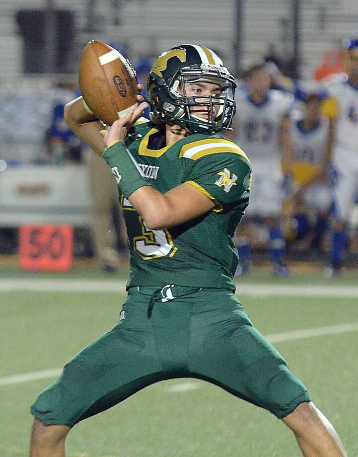 Hector Rogerio and Nixon are ranked No. 19 in Region IV-5A with one vote after beating Valley View 16-6 for their third straight win. Photo: Cuate Santos /Laredo Morning Times / Laredo Morning Times