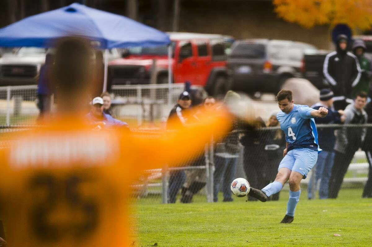 Northwood sophomore Josh Wates sends the ball down the field during Northwood's game against Davenport on Friday, Nov. 3, 2017 at Northwood University. (Katy Kildee/kkildee@mdn.net)