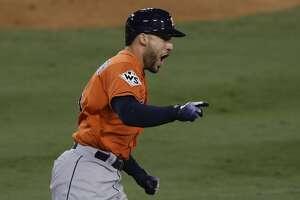 George Springer, de los Astros de Houston, festeja luego de conectar un jonrón de dos carreras ante los Dodgers de Los Ángeles, en el séptimo juego de la Serie Mundial, el miércoles 1 de noviembre de 2017. (AP Foto/Alex Gallardo)