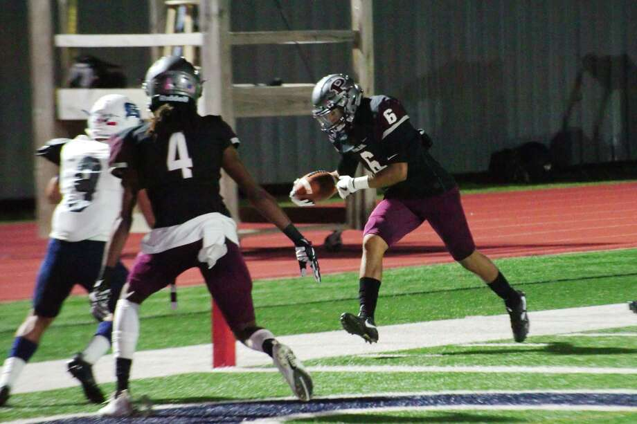 Pearland's Devin Linton (6) steps into the end zone against Brazoswood Friday, Nov 3 at Pearland High School. Photo: Kirk Sides / © 2017 Kirk Sides / Houston Chronicle