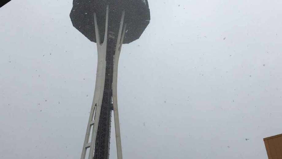 Large snowflakes fall during a heavy shower in Seattle on Nov. 3, 2017. Photo: KOMO News