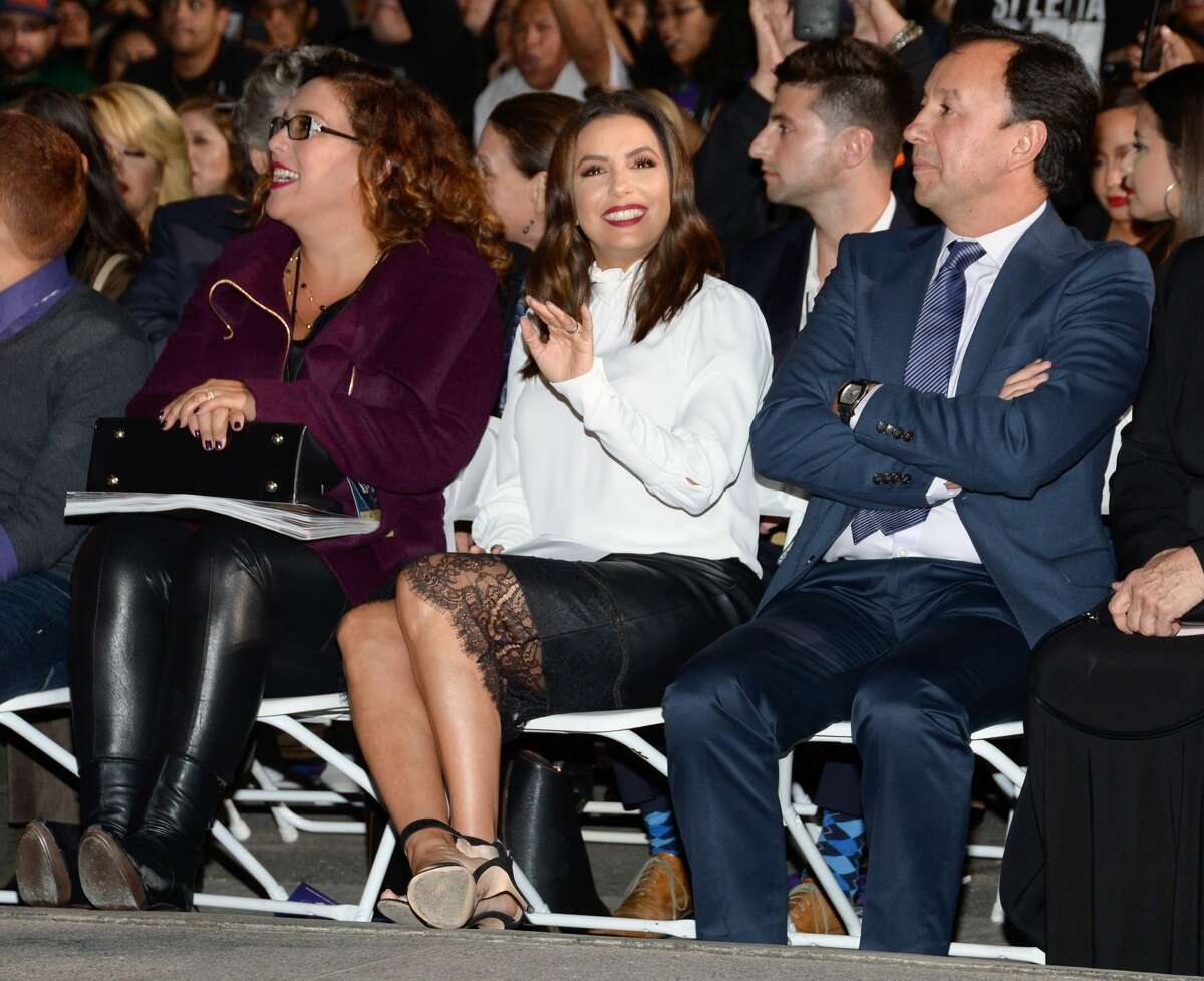 Actress Eva Longoria (C) attends the ceremony honoring singer Selena Quintanilla with a Star on the Hollywood Walk of Fame on November 3, 2017, in Hollywood, California. / AFP PHOTO / TARA ZIEMBA (Photo credit should read TARA ZIEMBA/AFP/Getty Images)