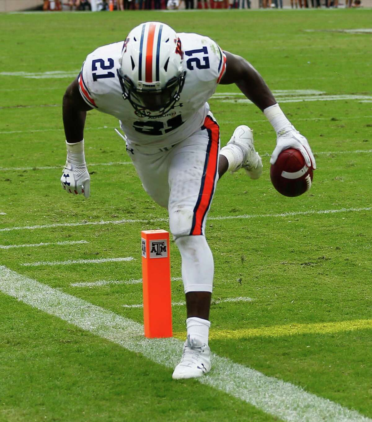COLLEGE STATION, TX - NOVEMBER 04: Kerryon Johnson #21 of the Auburn Tigers scores on a 2 yard pass in the second quarter against the Texas A&M Aggies at Kyle Field on November 4, 2017 in College Station, Texas.