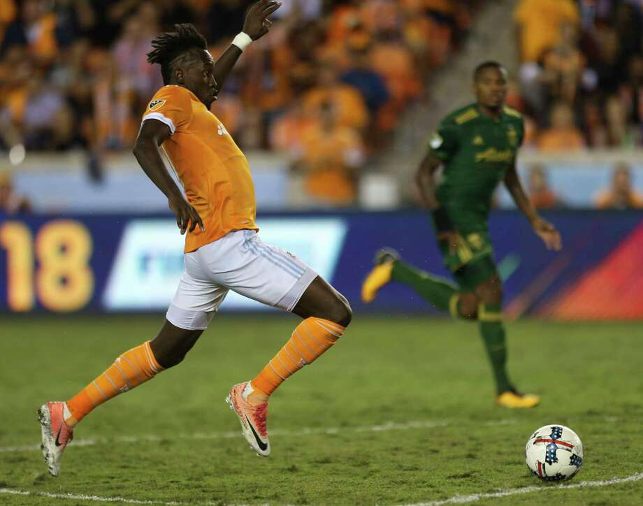The Dynamo offense is built around counterattacks and runs by wingers Alberth Elis, left, and Romell Quioto. Elis had 10 regular-season goals, Quioto seven. Photo: Yi-Chin Lee, Houston Chronicle / © 2017  Houston Chronicle
