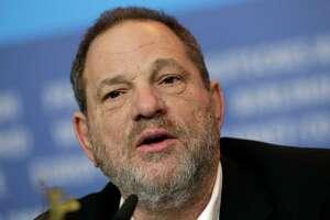 """ARCHIVO - Harvey Weinstein charla durante la conferencia de prensa de """"Woman in Gold"""" en el Festival de Cine de Berlín 2015 en Berlín en una fotografía de archivo del 9 de febrero de 2015. La Academia de Cine, organización que otorga los Emmy, votó el lunes 6 de noviembre de 2017 para expulsar a Weinstein de por vida tras las acusaciones por abuso y acoso sexual en contra del productor. (Foto AP/Michael Sohn, archivo)"""