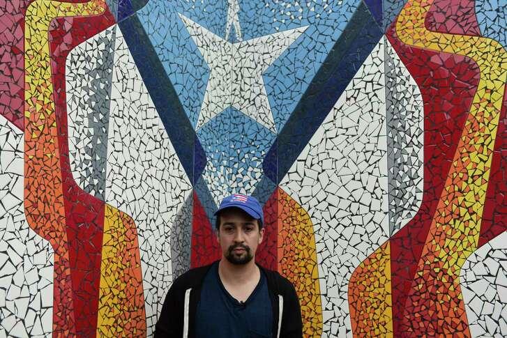 Lin-Manuel Miranda junto a un mural en La Placita de Güisin, en Vega Alta, Puerto Rico, el martes 7 de noviembre del 2017. Miranda inauguró un mural en la fachada del establecimiento, que lleva el nombre de su difunto abuelo, el líder comunitario, emprendedor y altruista Luis A. Miranda, conocido cariñosamente como Güisin. (AP Foto/Carlos Giusti)