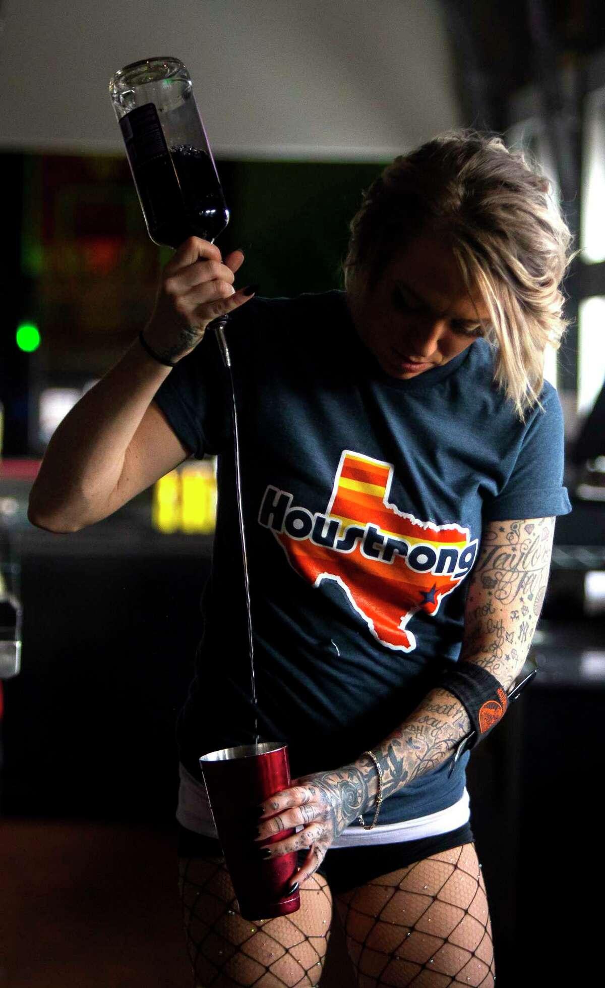 Chelsea Klinton pours a drink at The Pub Galleria on Richmond on Saturday, Nov. 4, 2013. (Annie Mulligan / Freelance)