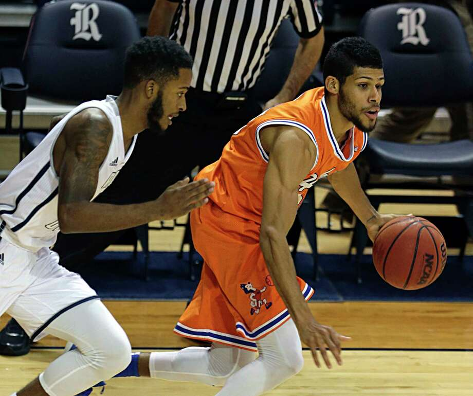 Rice guard Ako Adams left, and Houston Baptist guard Braxton Bonds right, during the first half of men's college basketball game action at Tudor Fieldhouse Nov. 30, 2016, in Houston. ( James Nielsen / Houston Chronicle ) Photo: James Nielsen, Staff / © 2016  Houston Chronicle