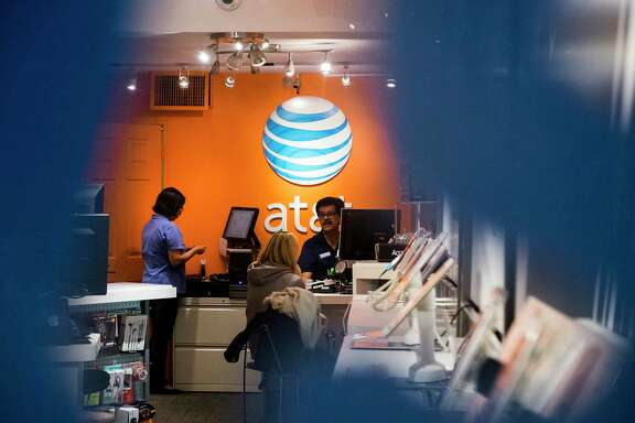 FILE é' An AT&T store in New York, Oct. 27, 2016. The Justice Department has called on AT&T and Time Warner to sell Turner Broadcasting, the group of cable channels that includes CNN, as a potential requirement for approving the companiesé• pending $85.4 billion merger, the New York Times reported on Nov. 8, 2017. (Christian Hansen/The New York Times)