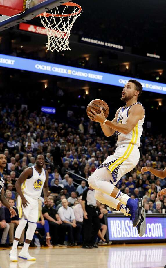 Stephen Curry (30) glides in for a layup in the first half as the Golden State Warriors played the Minnesota Timberwolves at Oracle Arena in Oakland Calif., Wednesday, November 8, 2017. Photo: Carlos Avila Gonzalez, The Chronicle