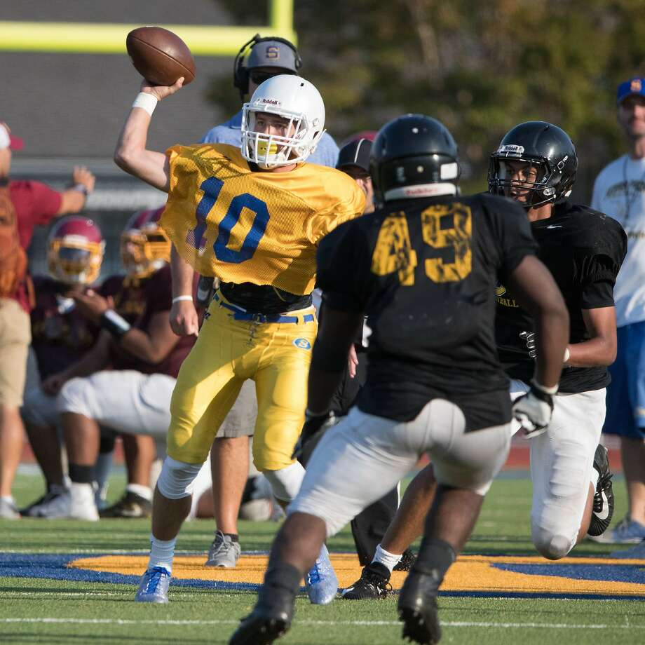 Serra's QB Luke Bottari pases on Friday, Aug. 18, 2017 in San Mateo, CA. Photo: Paul Kuroda, Special To The Chronicle