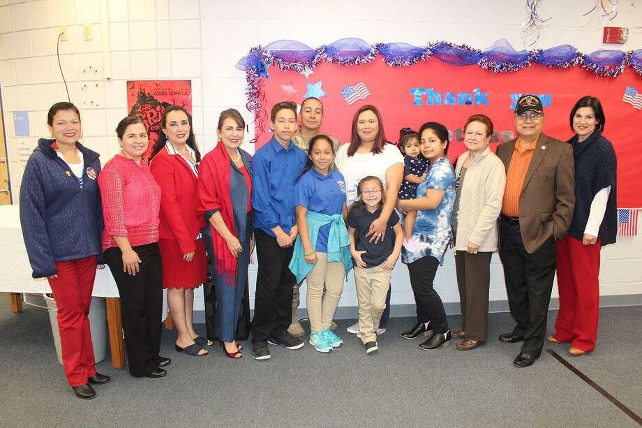 El Sargento Juan Ramos posa con su familia, personal y profesorado de la Escuela Secundaria Trautmann. Photo: Foto De Cortesía