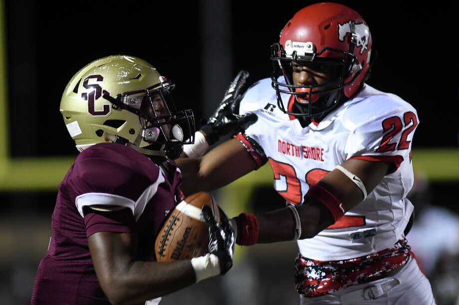 Summer Creek senior wide receiver Deon Cormier, left, battles to finish a catch against North Shore junior defensive back Rayveon Shelton (22) in the second quarter of their District 21-6A matchup at Turner Stadium in Humble on Nov. 9, 2017. (Photo by Jerry Baker/Freelance) Photo: Jerry Baker, Freelance / Freelance