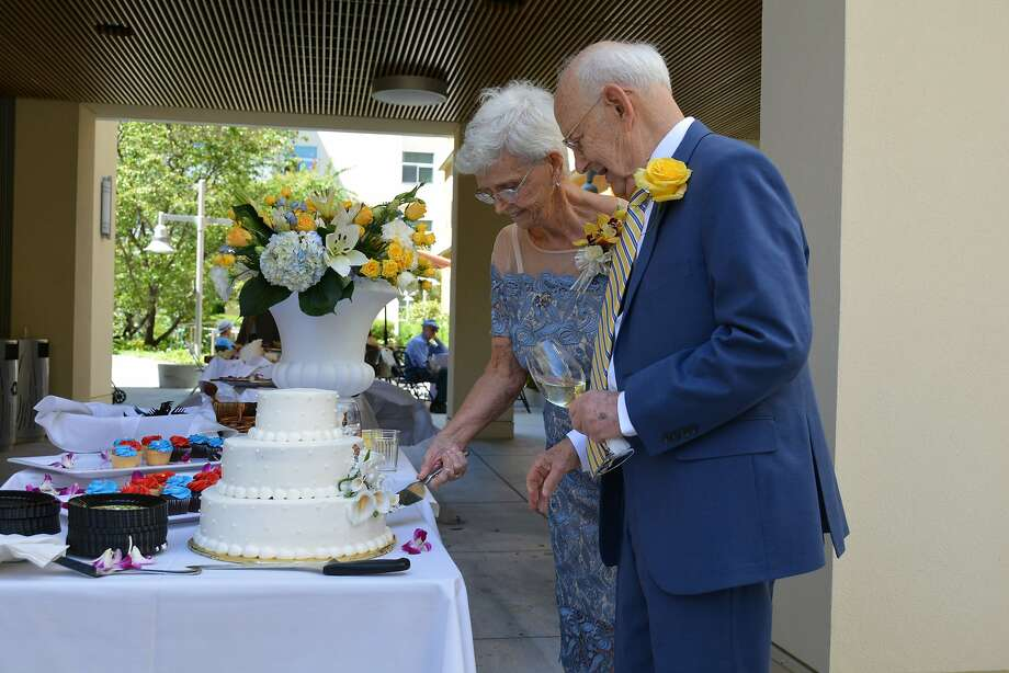 On June 25, 2017, Phillis Bates and Ralph Simon, then both 86, married in front of over 130 guests including family and residents of Moldaw Senior Residences in Palo Alto. Photo: Samuel K. Lee/Moldaw Residences