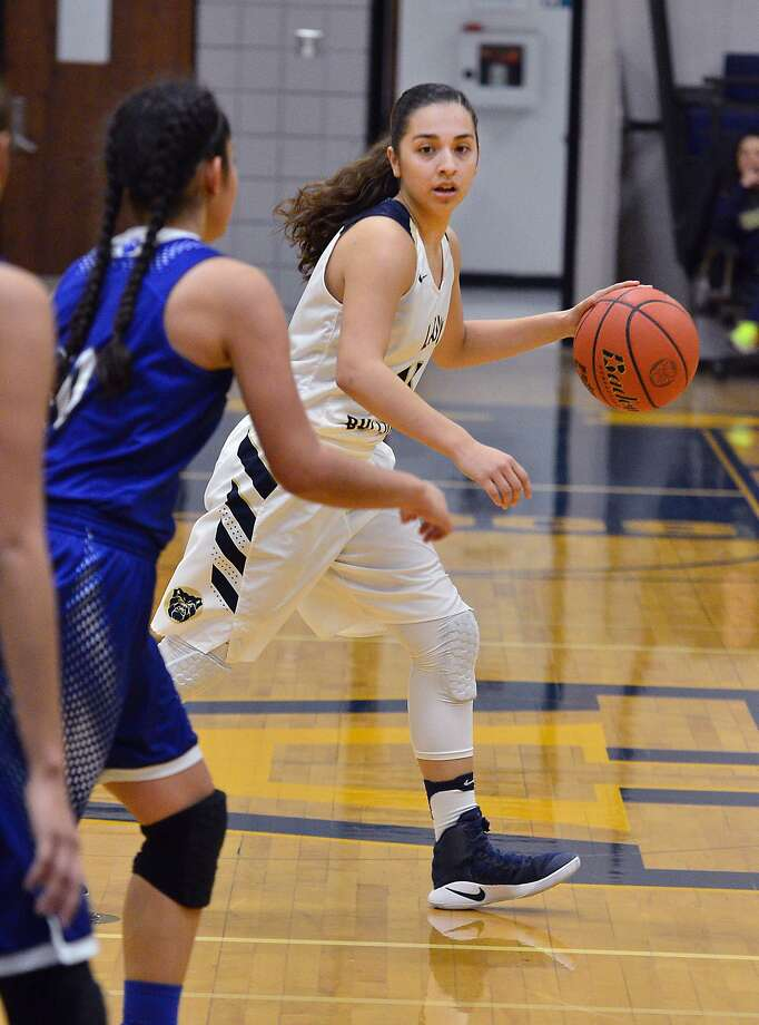Macayla Munoz had 13 points, 10 rebounds and four assists leading Alexander (4-1) to a win in Corpus Christi over CC Ray. Photo: Cuate Santos /Laredo Morning Times File / Laredo Morning Times