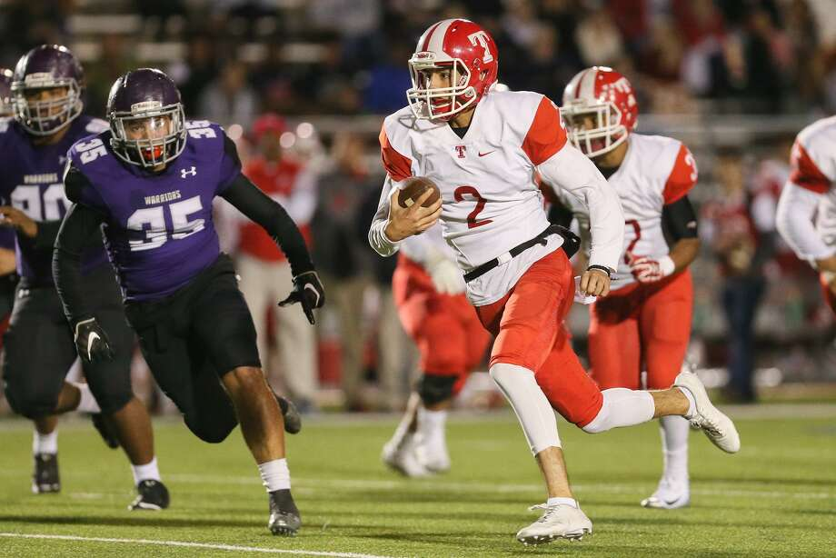 Taft quarterback Julian DeHoyos takes off on a 41-yard touchdown run during the first half of their District 28-6A high school football game with Warren at Gustafson Stadium on Friday, Nov. 10, 2017.  MARVIN PFEIFFER/mpfeiffer@express-news.net Photo: Marvin Pfeiffer, Staff / San Antonio Express-News / Express-News 2017