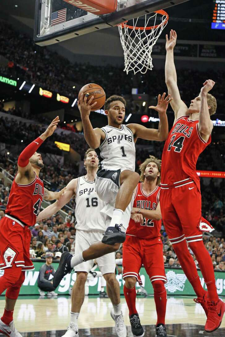Kyle Anderson #1 of the San Antonio Spurs drives the lane against the Chicago Buls during NBA game between San Antonio Spurs  Chicago Bulls on Saturday, November 11, 2017.