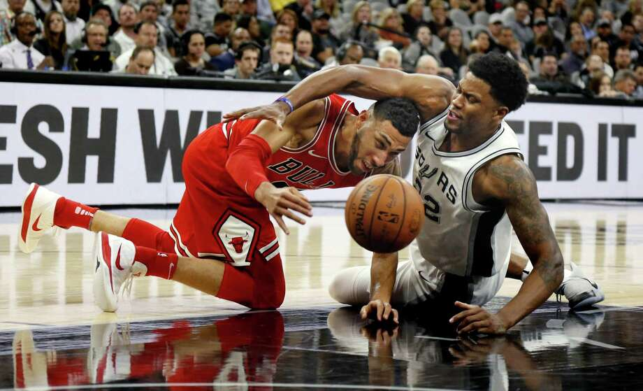 Rudy Gay #22 of the San Antonio Spurs scrambles with Denzel Valentine #45 of the Chicago Bulls during NBA game between San Antonio Spurs  Chicago Bulls on Saturday, November 11, 2017. Photo: Ron Cortes, Freelance / For The San Antonio Express-News
