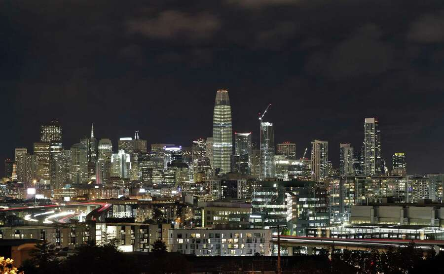 The Salesforce Tower (center) rises high above other buildings along the San Francisco skyline Monday, October 30, 2017. Photo: Carlos Avila Gonzalez / The Chronicle / ONLINE_YES