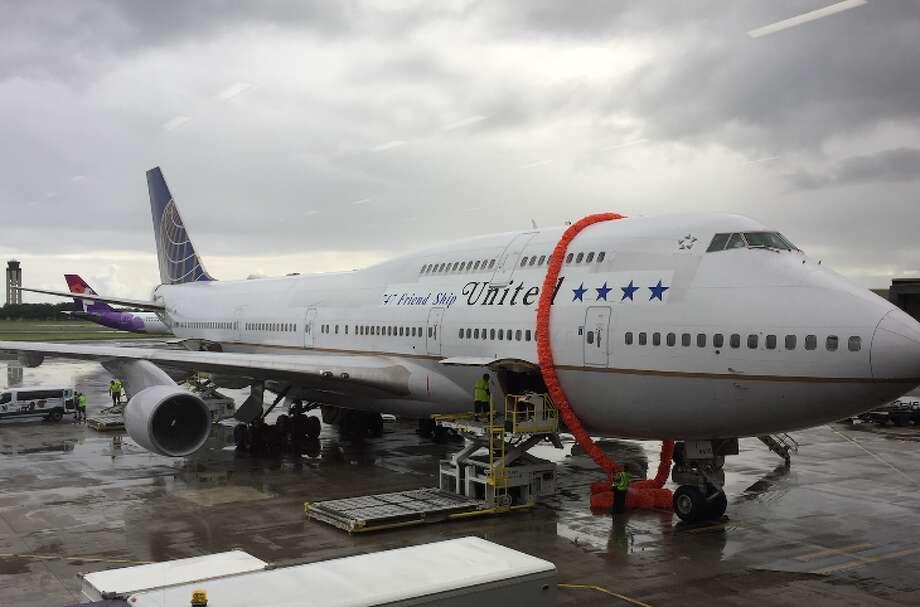 A giant lei welcomes United's final 747 flight to Honolulu (Photo: Nancy Branka)