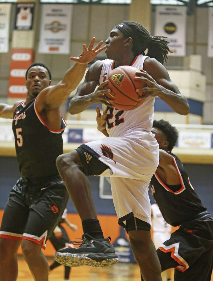 RoadrunnersÕ Keaton Wallace looks to pass he drives the baseline in UTSA basketball home opener vs East Central on Sunday, November 12, 2017. Photo: Ron Cortes, Freelance / For The San Antonio Express-News