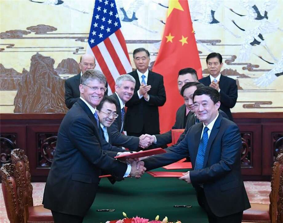 Terex CEO, left, John Garrison, with Yin Yaping (right), president of Xuzhou Handler Special Vehicles Co.; and (back row L-R) Wilbur Ross, U.S. Secretary of Commerce; Wang Yang, Vice Premier of China; and Zhong Shan, China Minister of Commerce. (Photo Credit: Chinese State Council via Business Wire)
