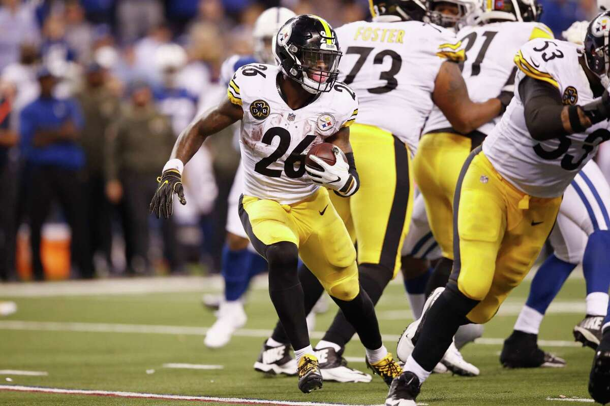 INDIANAPOLIS, IN - NOVEMBER 12: Le'Veon Bell #26 of the Pittsburgh Steelers runs with the ball against the Indianapolis Colts during the second half at Lucas Oil Stadium on November 12, 2017 in Indianapolis, Indiana.