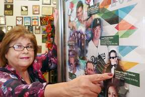 Gloria Sánchez, organizadora del Carrera del Guajolote 10K, aparece señalando la fotografía de su padre ya fallecido, Santiago Sánchez, quien fuera el fundador de la carrera en 1979. Él fue presentado en el Salón de la Fama de Latin American International Sports en el 2017.