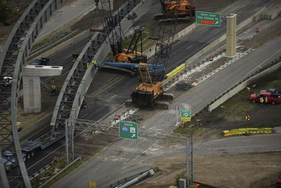 Crews work on steel beams at U.S. 90 at Loop 410 on Saturday, Nov. 11, 2017. Photo: Billy Calzada, Staff / San Antonio Express-News / San Antonio Express-News