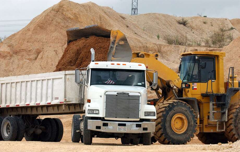 A front end loader loads up a customer truck with material form the Huebner Road Quarry. JOHN DAVENPORT / STAFF Photo: JOHN DAVENPORT, STAFF / SAN ANTONIO EXPRESS-NEWS / SAN ANTONIO EXPRESS-NEWS