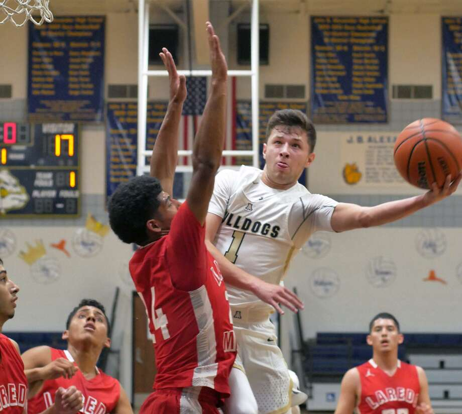 Alexander's Marco Peña and Martin's Mathew Duron both scored 20 points Tuesday as the Bulldogs pulled away for a 73-50 victory. Photo: Cuate Santos /Laredo Morning Times / Laredo Morning Times