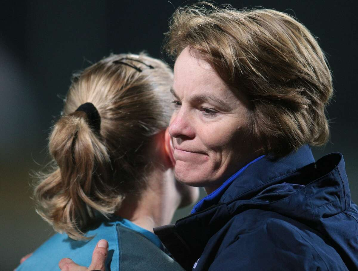 VOLENDAM, NETHERLANDS - NOVEMBER 01: Head coach Vera Pauw (R) of Netherlands shakes hands with Loes Geurts of Netherlands after the Womens European Championships qualification match between Netherlands and Germany at the Kras stadium on November 01, 2007 in Volendam, Netherlands. (Photo by Thomas Starke/Bongarts/Getty Images)