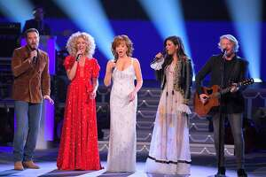 Recording artist Reba McEntire performs with (L to R) Jimi Westbrook, Kimberly Schlapman, Karen Fairchild and Philip Sweet during CMA 2017 Country Christmas at The Grand Ole Opry on November 14, 2017 in Nashville, Tennessee.  (Photo by Mickey Bernal/FilmMagic)