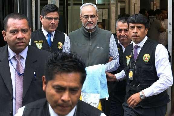 Foto de archivo de Manuel Burga, ex presidente de la Federación Peruana de fútbol, a la salida de un tribunal en Lima. (Agencia Andina / Norman Cordova vía AP)