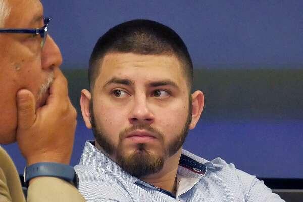 Alexis Guzmán, derecha, acusado de la muerte de Antonio González, en la Corte de Distrito 406.