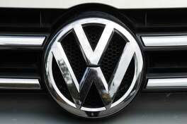 U.S. safety regulators are investigating complaints that a Volkswagen recall may not fix a wiring problem that can stop the front drivers air bag from inflating in a crash. The government probe covers nearly 416,000 vehicles.