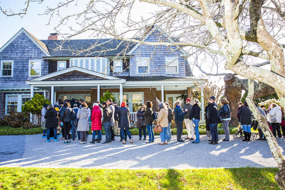 Shoppers line up to enter the estate sale at the Grey Gardens house in East Hampton, New York, on Nov. 17, 2017. ( Photo: David Williams/Bloomberg) / Bloomberg