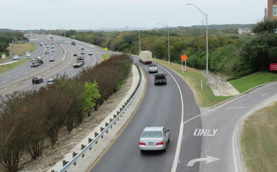 U.S. Highway 281, looking north from the University of the Incarnate Word Sky Bridge. Photo: Terry Scott Bertling / San Antonio Express-News