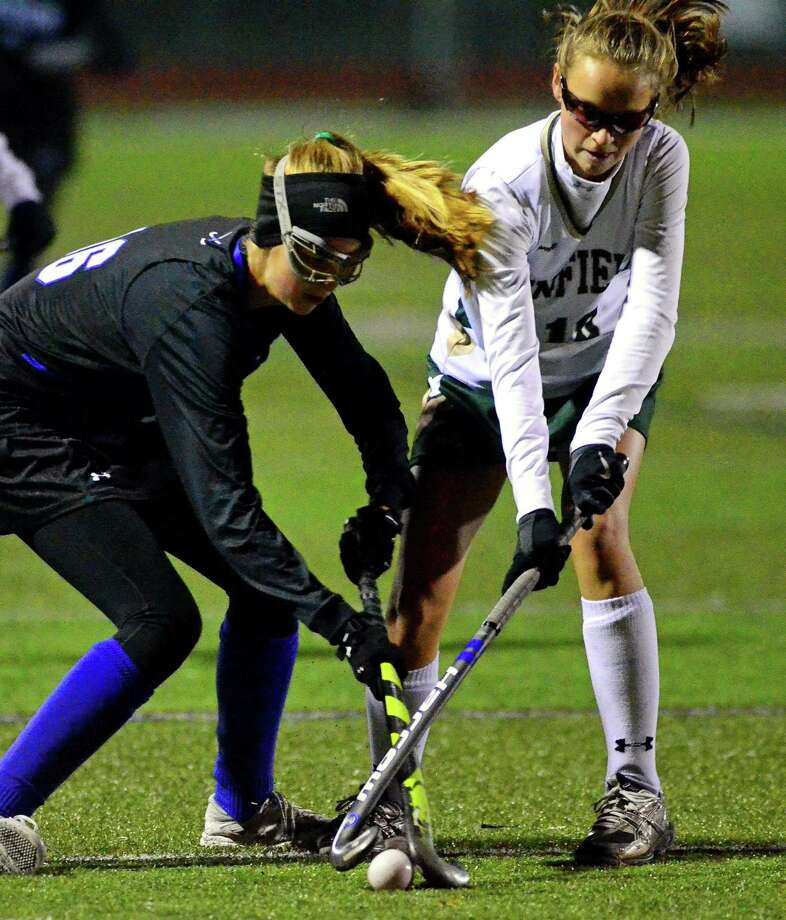 Darien's Shea Van den Broek, left, and Enfield's Kaitlyn Bourque converge on the ball during CIAC Class L field hockey semifinal action in Cheshire, Conn. on Tuesday November 14, 2017. Photo: Christian Abraham / Hearst Connecticut Media / Connecticut Post