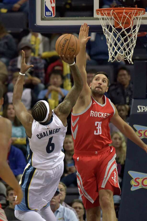 Rockets forward Ryan Anderson, right, puts up a stout line of defense against  Grizzlies guard Mario Chalmers' fall-away jumper in the first half. Photo: Brandon Dill, FRE / FR171250 AP