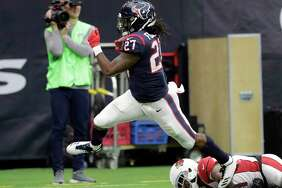 Houston Texans running back D'Onta Foreman (27) scores on a 34-yard run during the second half of an NFL football game against the Arizona Cardinals, Sunday, Nov. 19, 2017, in Houston. Foreman was injured on the play. (AP Photo/David J. Phillip)