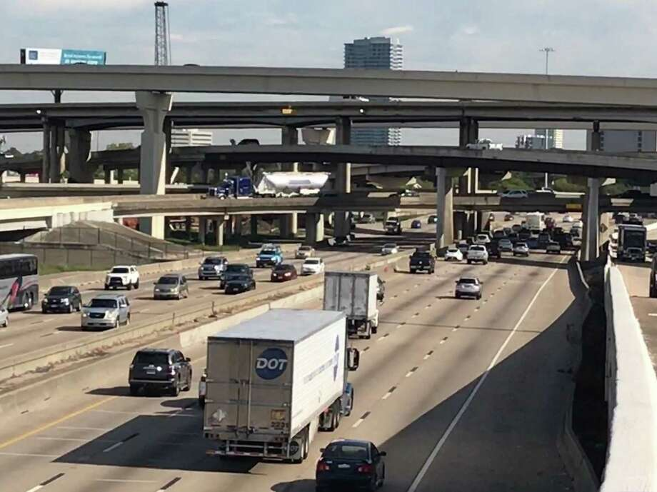 Traffic moves northbound on Interstate 69 near Loop 610 on Monday in Houston. Reconstruction of the Loop 610 interchange with I-69 near Uptown will start in early 2018, according to the Texas Department of Transportation. Photo: Dug Begley / 610interchange