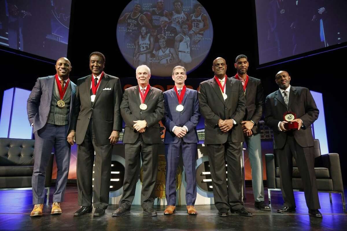 Tim Duncan, back right, was inducted into the College Basketball Hall of Fame in Kansas City, Mo., over the weekend.