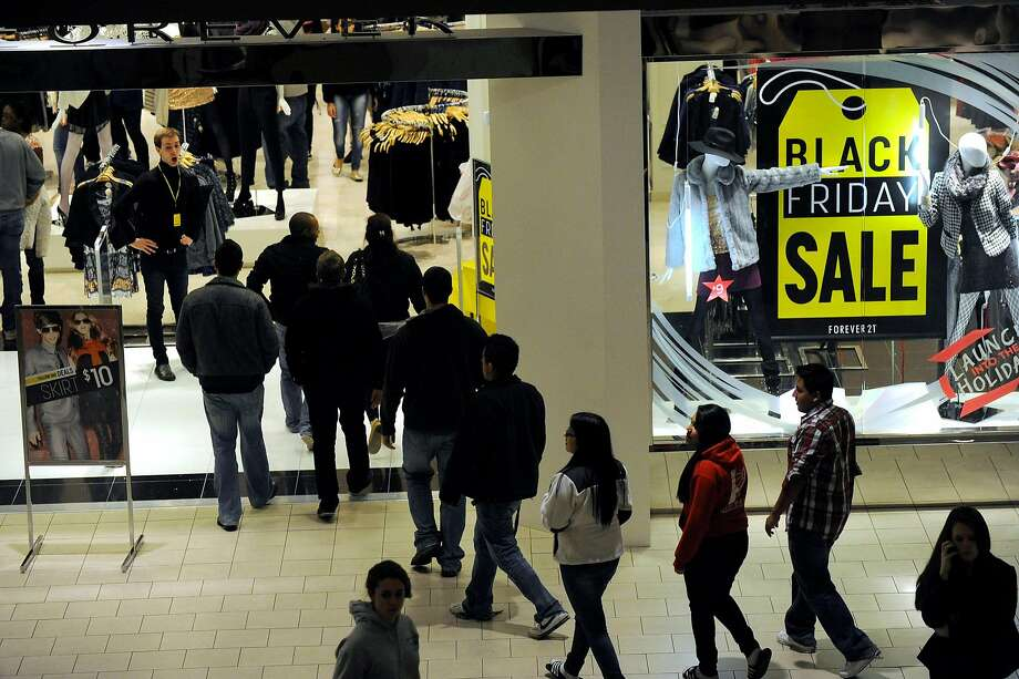 Shoppers crowd a shopping mall looking for Black Friday deals. Photo: Carol Kaliff