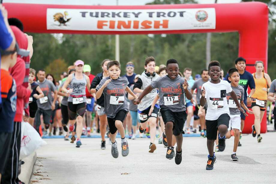 Participants in the Turkey Trot event take off from the starting line on Friday at Carl Barton Jr. Park. Photo: Michael Minasi, Staff Photographer / © 2017 Houston Chronicle