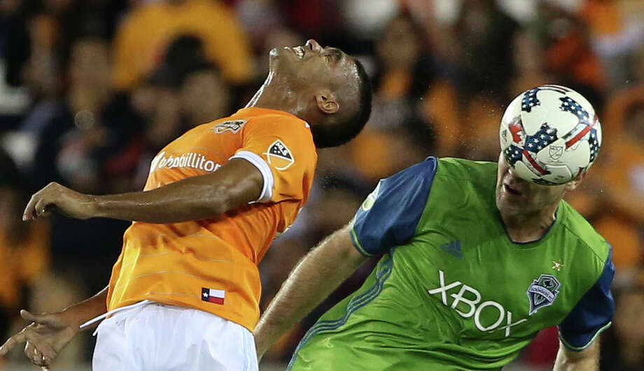 Dynamo forward Mauro Manotas, left, is beaten to a header by the Sounders' Chad Marshall, Photo: Yi-Chin Lee, Houston Chronicle / © 2017  Houston Chronicle